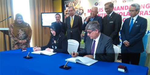 Magnification in Malaysia Saul signing image